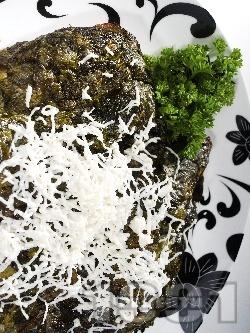 Задушена бяла риба в лозови листа със сирене - снимка на рецептата